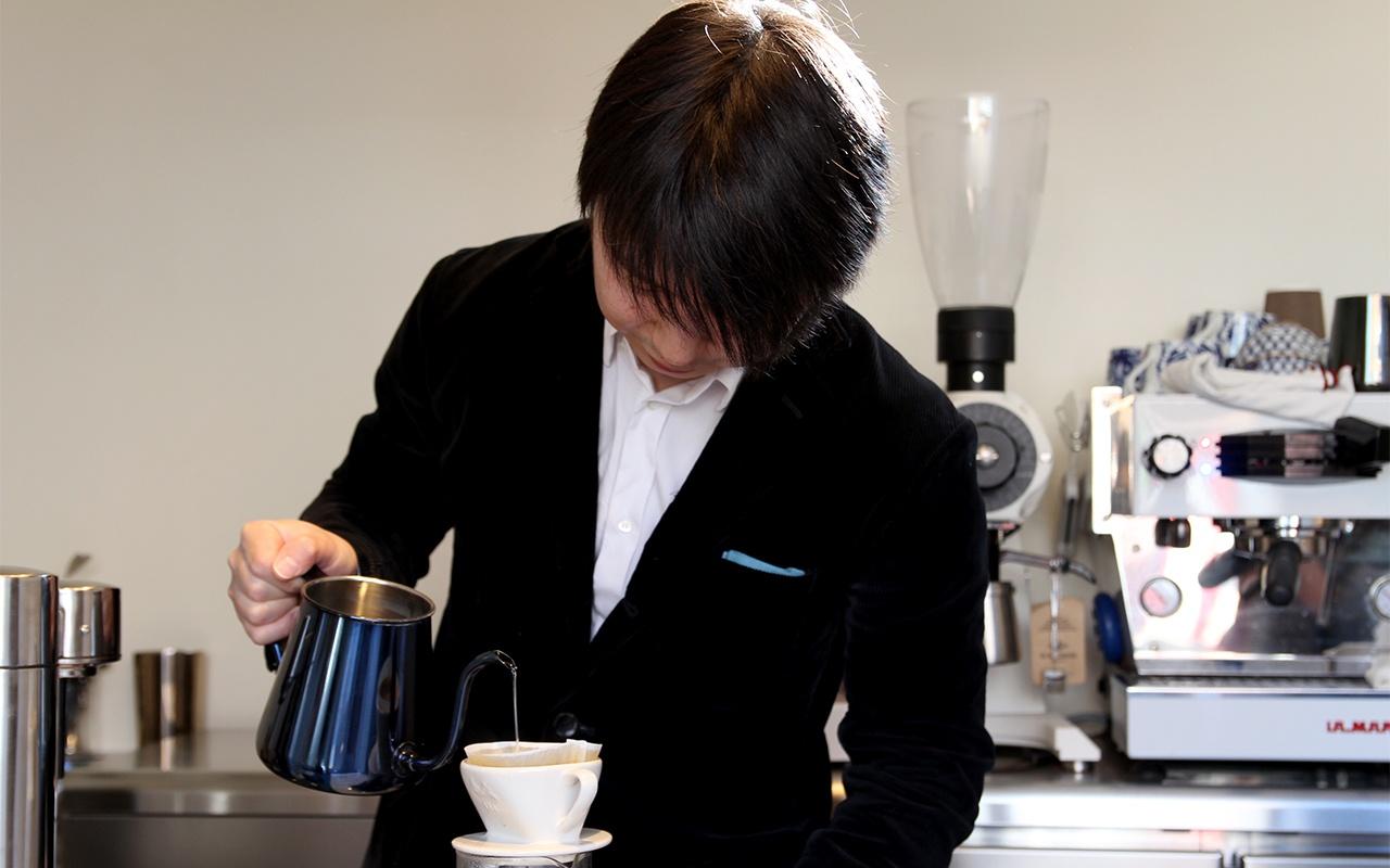 一杯を味わう5席のコーヒー店